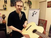 Святослав Вакарчук отдал свою гитару на благотворительность