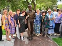 На родине Табакова, в Саратове, с размахом отпраздновали его юбилей, открыв памятник Матроскину