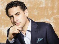 Перуанский оперный певец Флорес пообещал сюрпризы на концерте в Москве