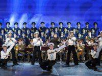 Москвичи несут цветы к зданию ансамбля имени Александрова