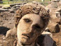 В Риме в средневековой стене нашли мраморную голову Диониса