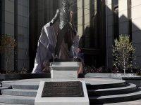 В Красноярске установили памятник Дмитрию Хворостовскому