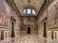 На фреске Рафаэля в Ватикане нашли автографы туристок с Украины