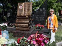 В Москве открыли памятник поэту Андрею Дементьеву