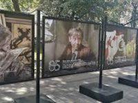 Фотовыставка в честь 85-летия Табакова открылась на Чистопрудном бульваре